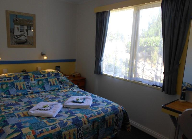 king-island-accommodation-cottages-bedroom-c.jpg